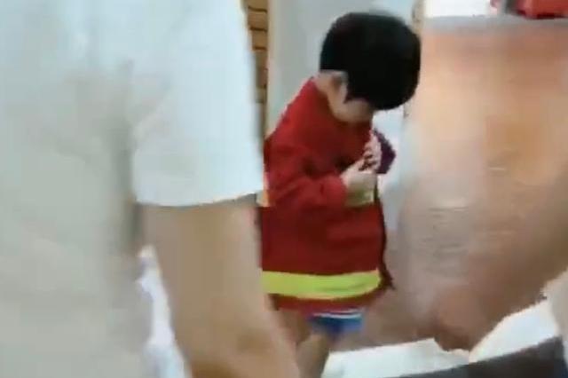 baby带儿子学黄晓明扮消防员,小海绵穿制服戴帽子,萌态十足