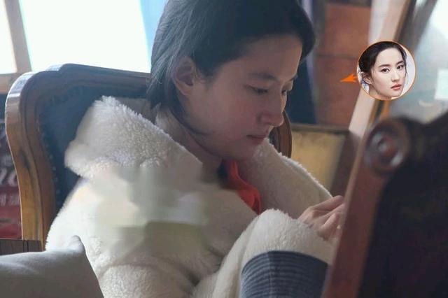 刘亦菲素颜现身,穿皮草贵妇范儿十足,颜值败给28岁小干妈