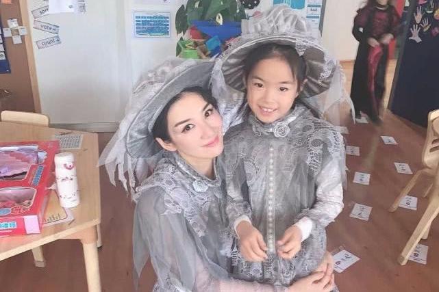 黄奕万圣节与女儿穿亲子装,黄芊玲依偎妈妈怀里,越长越像妈妈
