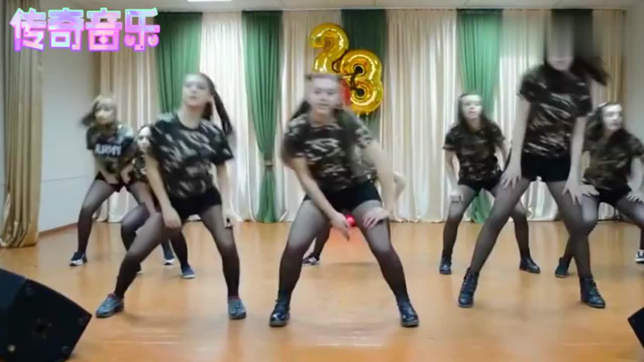 俄罗斯女生跳韩国热舞,这联欢会开的太成功了,台下男生好幸福