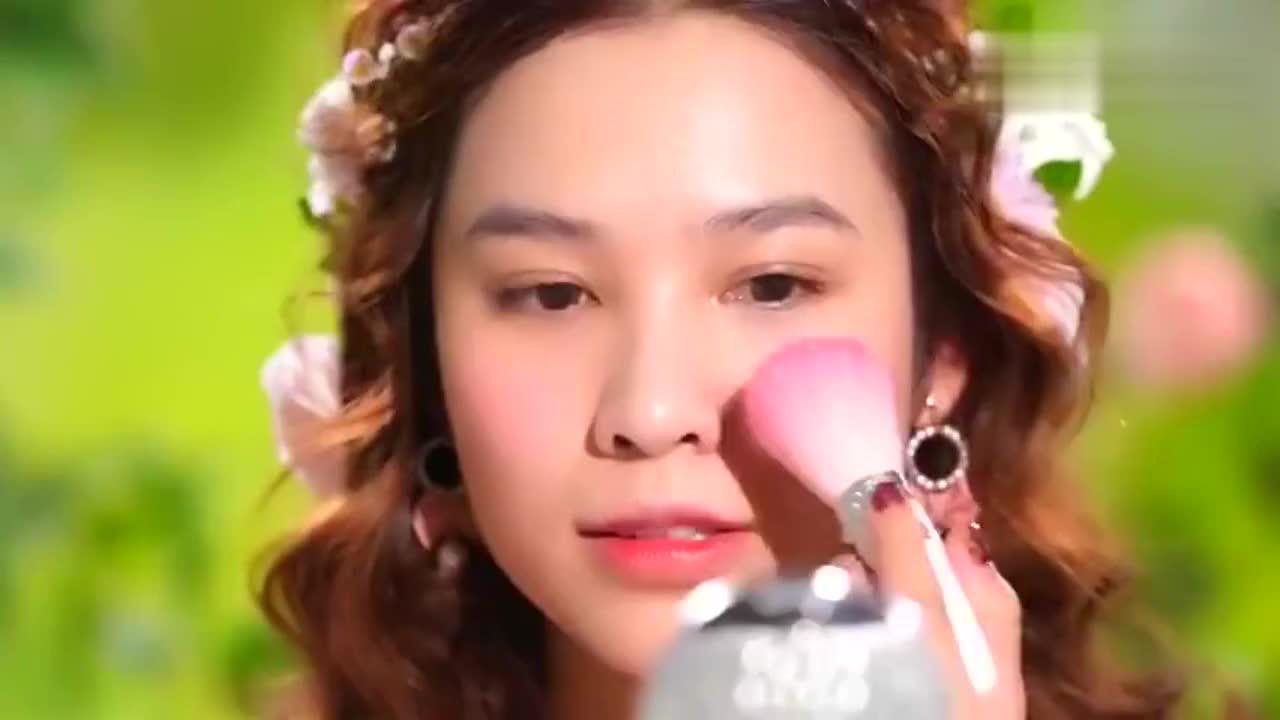 妹子五官长得好,化上美妆后,美得像仙女下凡一样