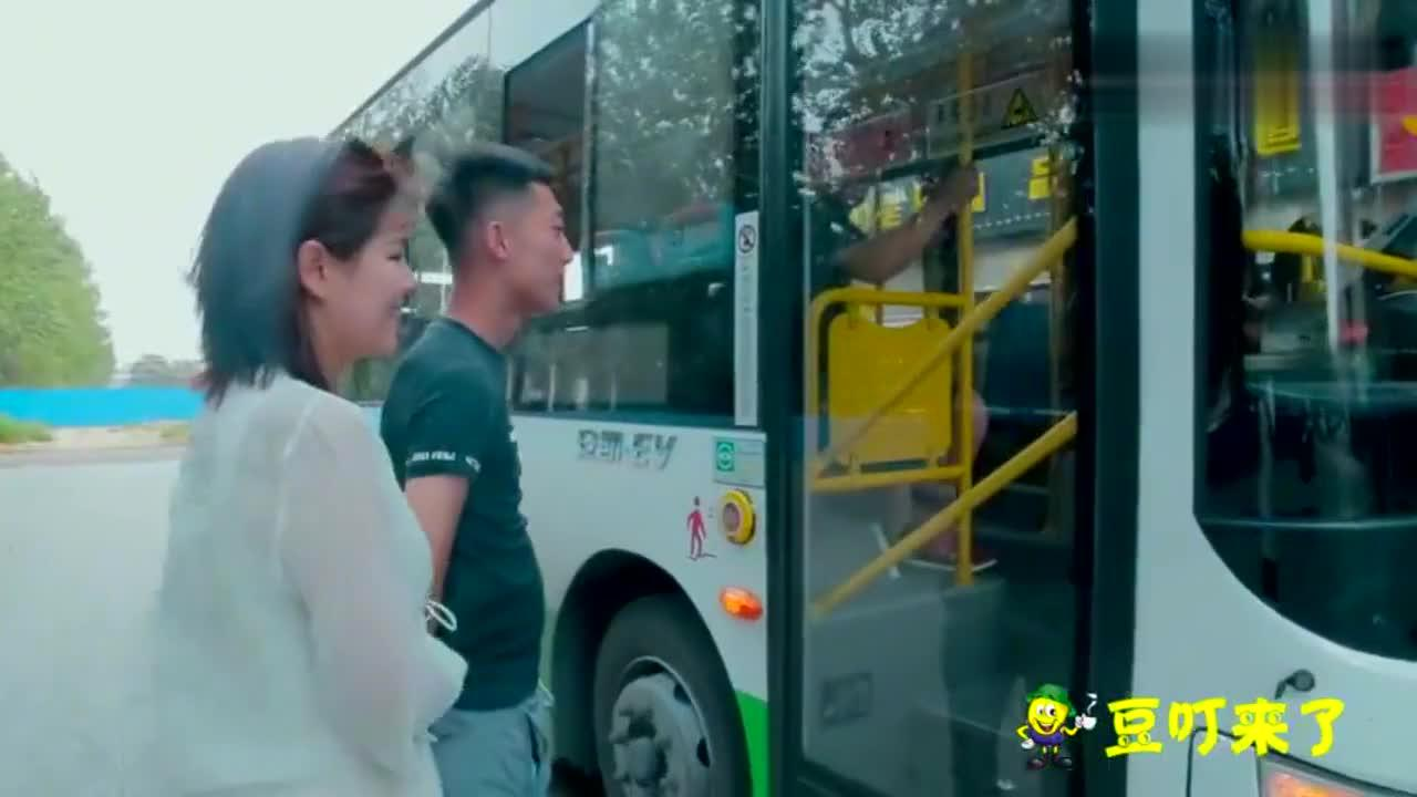 两美女下班回家,一个坐豪车,一个坐公交车,你觉得谁会更幸福?
