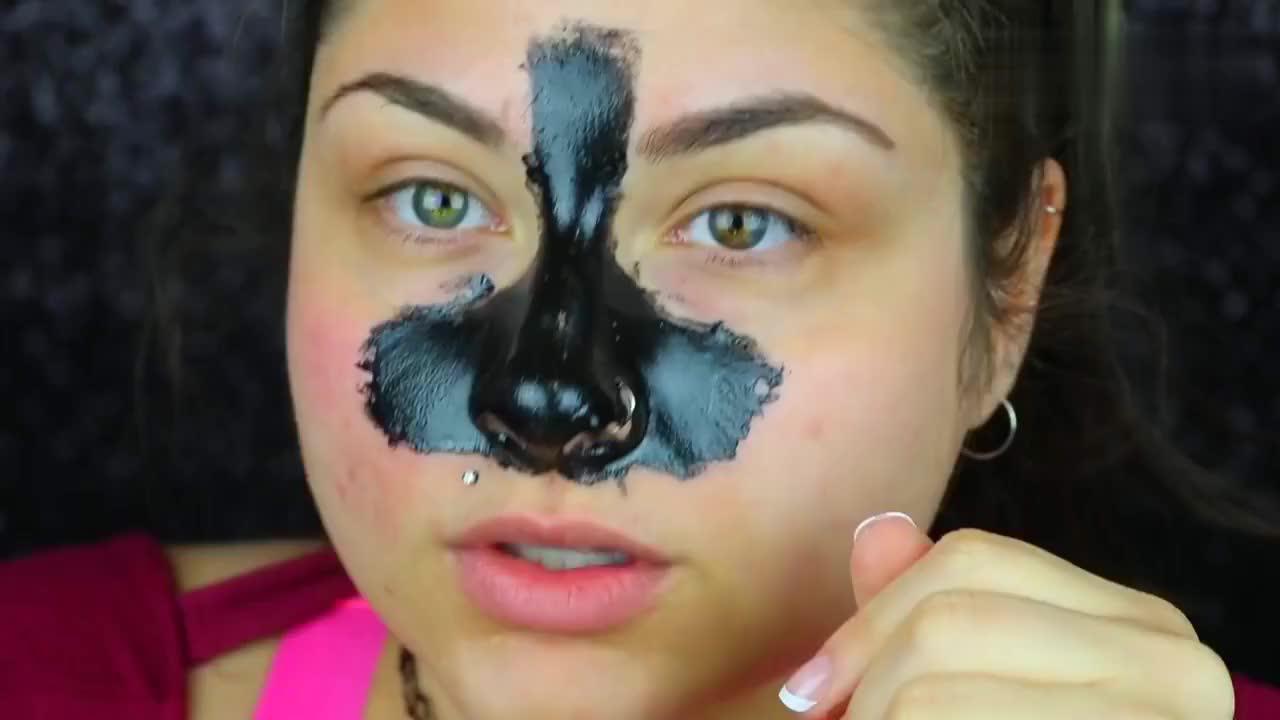 妹纸往鼻子上涂满黑头面膜,风干后慢慢撕开后,皮肤看着嫩滑不少
