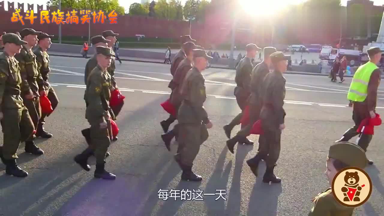 """感动俄罗斯胜利日阅兵,一个小男孩坚持用""""军礼""""向所有人致敬"""