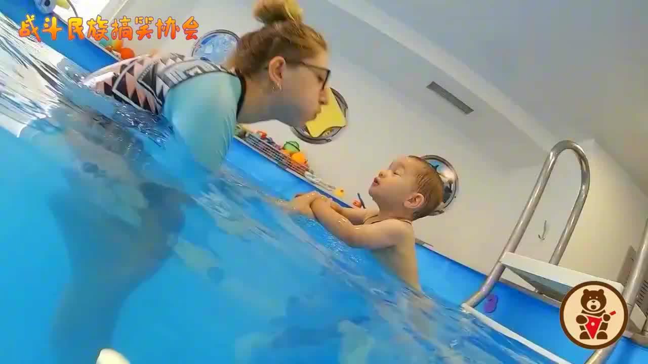 """战斗民族小婴儿中的""""游泳高手""""连续潜入水中根本不是事"""
