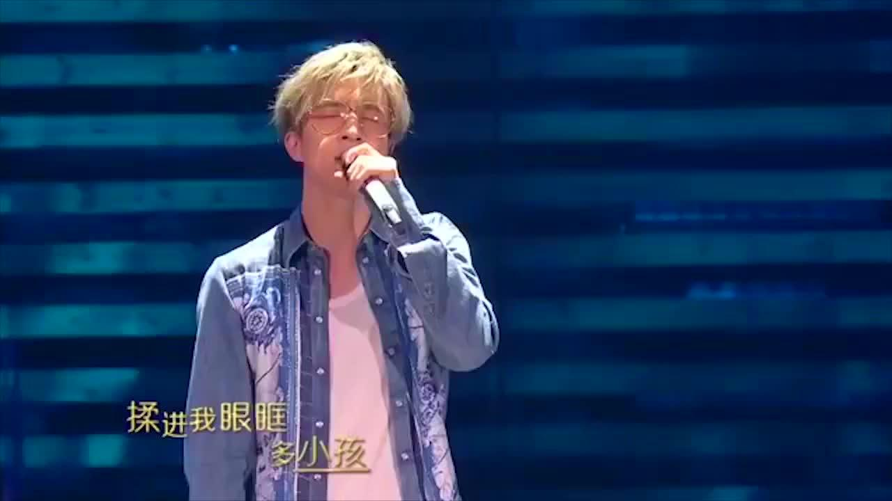 薛之谦深情演唱这首歌,让我们明白,深爱一个人的时候都是小孩