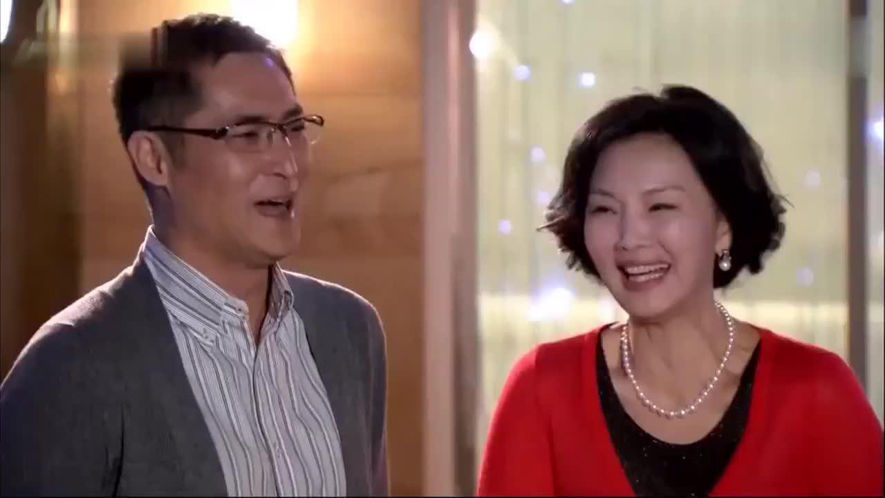 多美也希望哥哥早日和文馨结婚,还送了他们一对项链,真是浪漫
