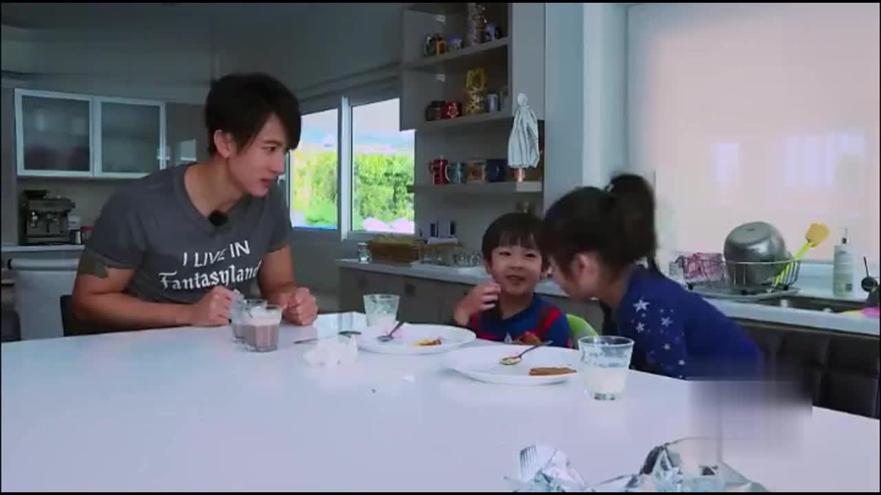 看吴尊女儿和陈小春儿子用英语流利对话 让才过四级的我一脸懵