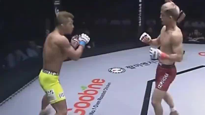 韩国拳手赛前竖中指挑衅,开场惨遭对手暴揍,跪在地上久久起不来