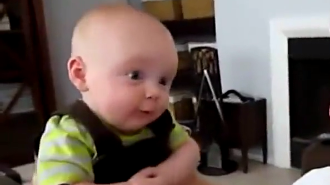 爸爸抱着4个月的小宝宝玩耍,下一秒小家伙反应,爸爸乐了