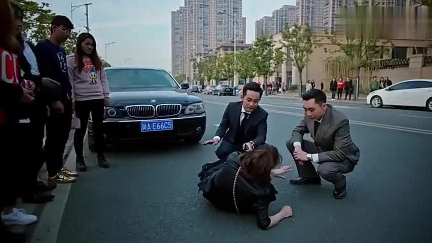 女子碰瓷宝马轿车,老板给她做人工呼吸,没想到女子直接跳了起来