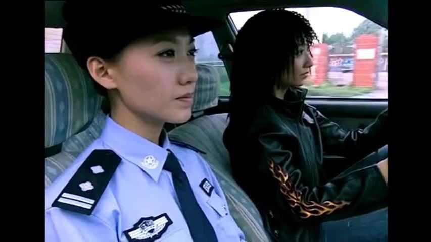 美女警花打车追逃犯,没想女司机就是逃犯美女下秒简直王者操作