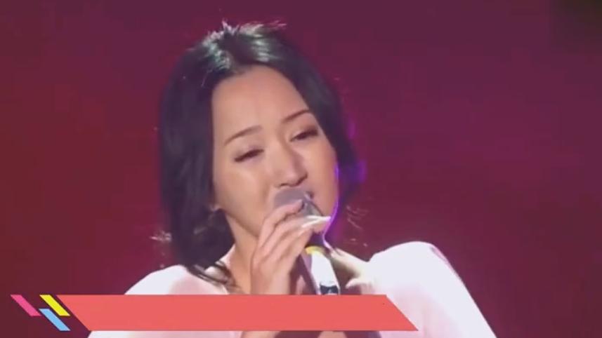 48岁杨钰莹穿蓝色套装长发披肩, 脸部发福笑容甜美