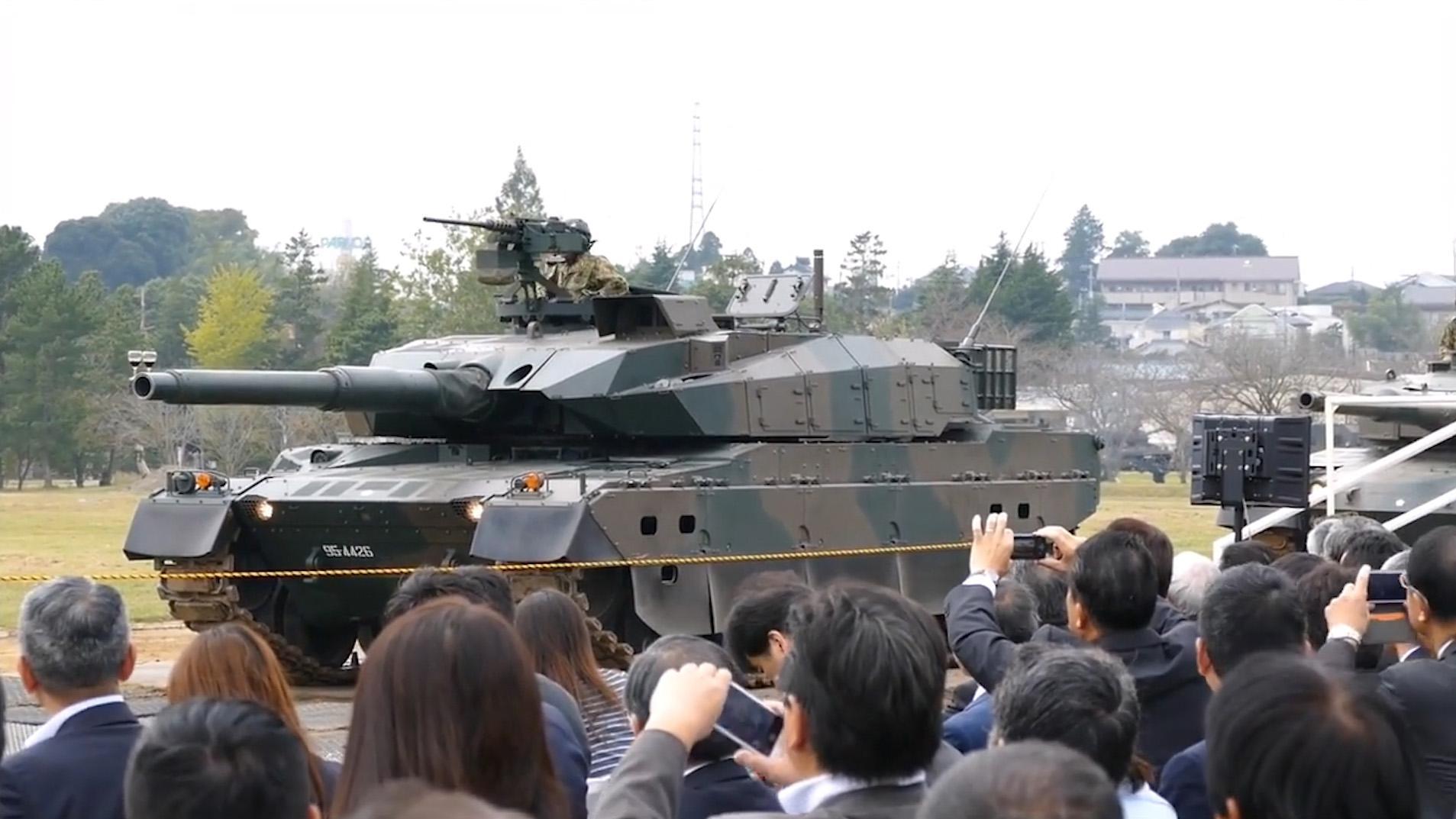 日本10式坦克秀性能,炮管上放两个杯子,随后展示悬挂系统!