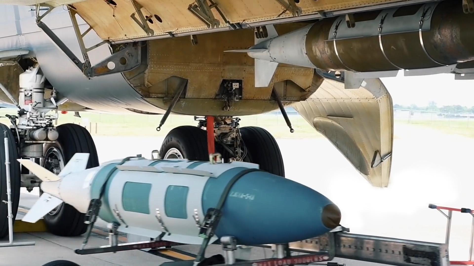 美国空军地勤人员,为B-52战略轰炸机,装载武器弹药!