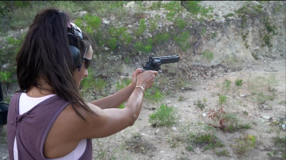 史密斯韦森M629左轮手枪,户外靶场射击测试,后坐力还挺大