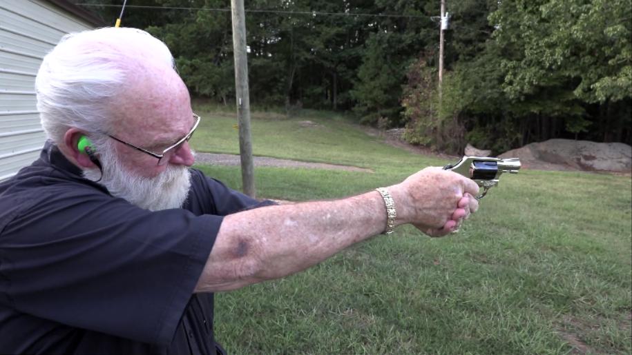 史密斯韦森M36左轮手枪,白发老大爷靶场射击测试
