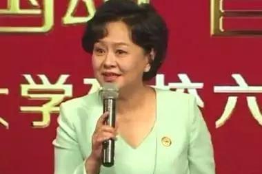 """53岁鞠萍现身某高校,皱纹明显,依然是粉丝心目中的""""鞠萍姐姐"""""""
