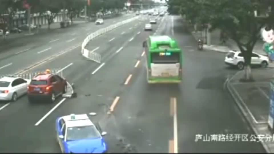 野蛮的奔驰车环卫工人神走位躲过一劫出租车当场被撞掉头