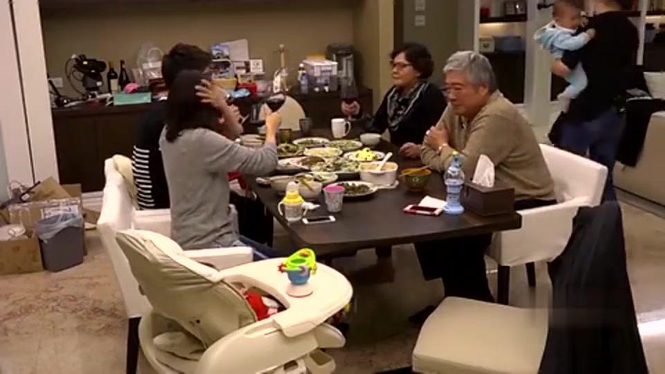 修爸爸在夹菜,小咘咘盯着菜,好想吃啊太可爱了!