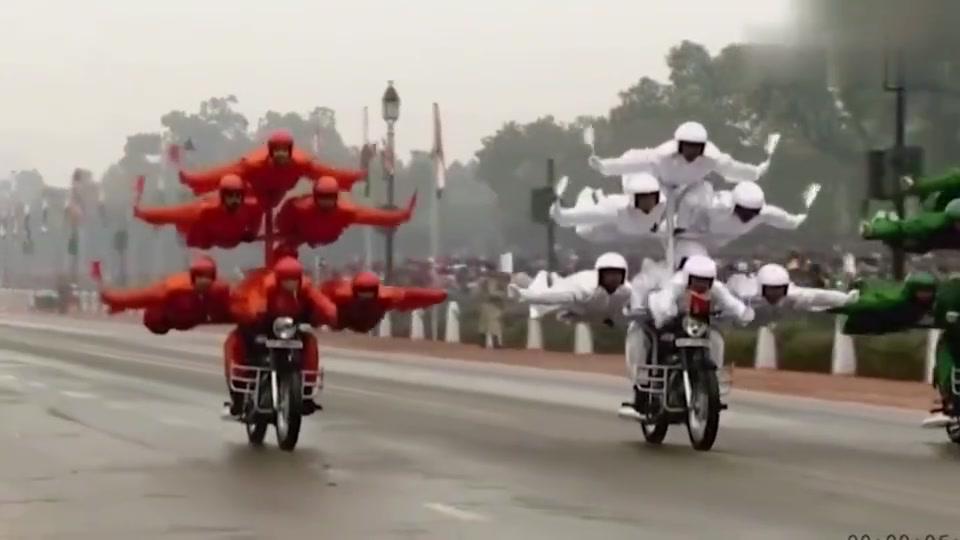 牛人创意:印度阅兵,奥巴马夫人全程憋着,居然没憋住笑了出来