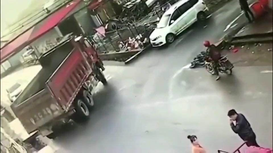 大货车路口掉头,摩托车男子等了半天还是没躲过命运,直接被撞飞