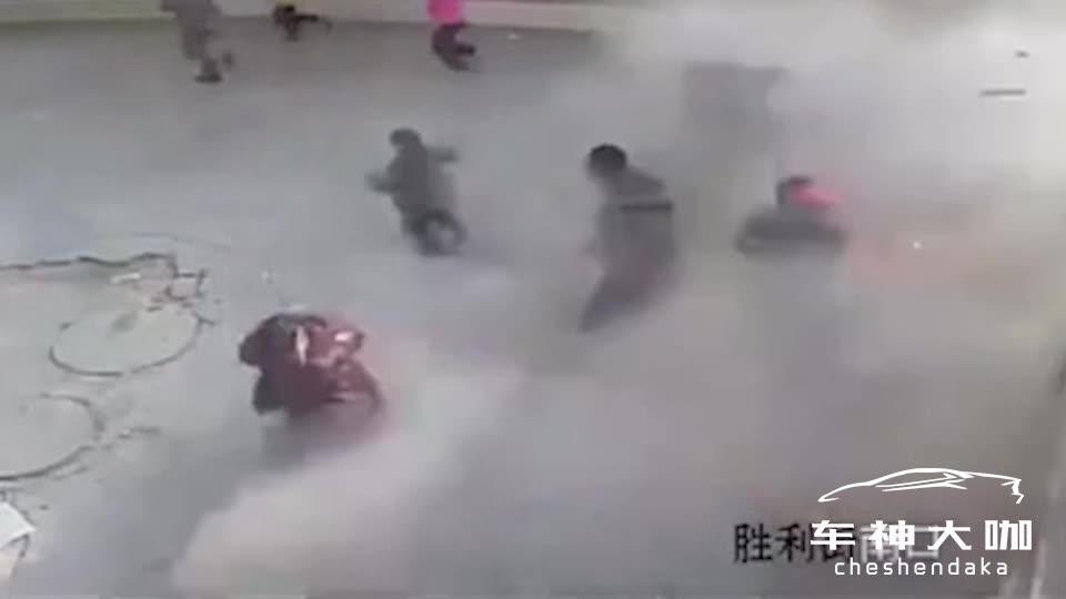 小孩往井盖扔烟花,地面都炸塌方了!