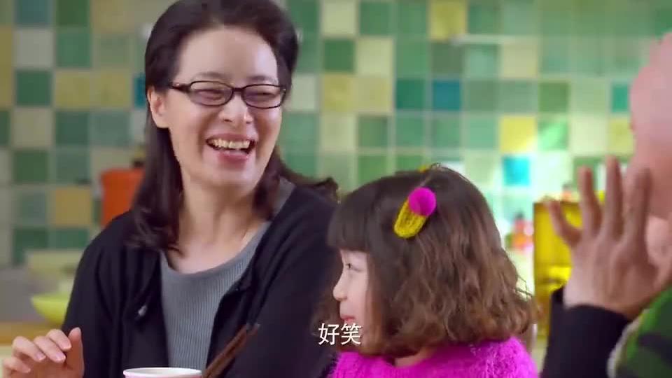 婆婆给孙女夹菜,竟自己先舔一口,孙女一看被吓出双下巴,嫌弃了