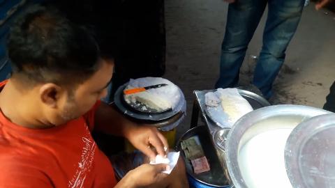 印度街头的重口味奶酪老板直接用手抓不愧是神奇国度的美食