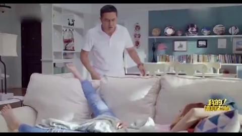 老爸以为沙发上是女儿,照脚丫子上去就是一掌,不料低头一看懵了