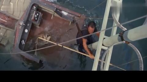 大白鲨船即将沉没男子用这种方法把大鲨鱼给杀掉厉害了