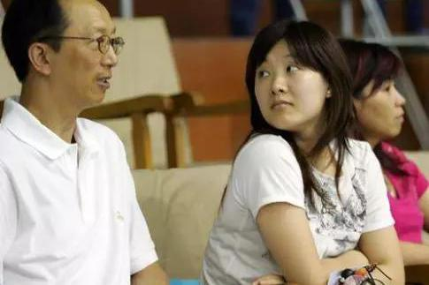 跳水女皇伏明霞真是人生赢家,67岁丈夫当上董事长,女儿亭亭玉立