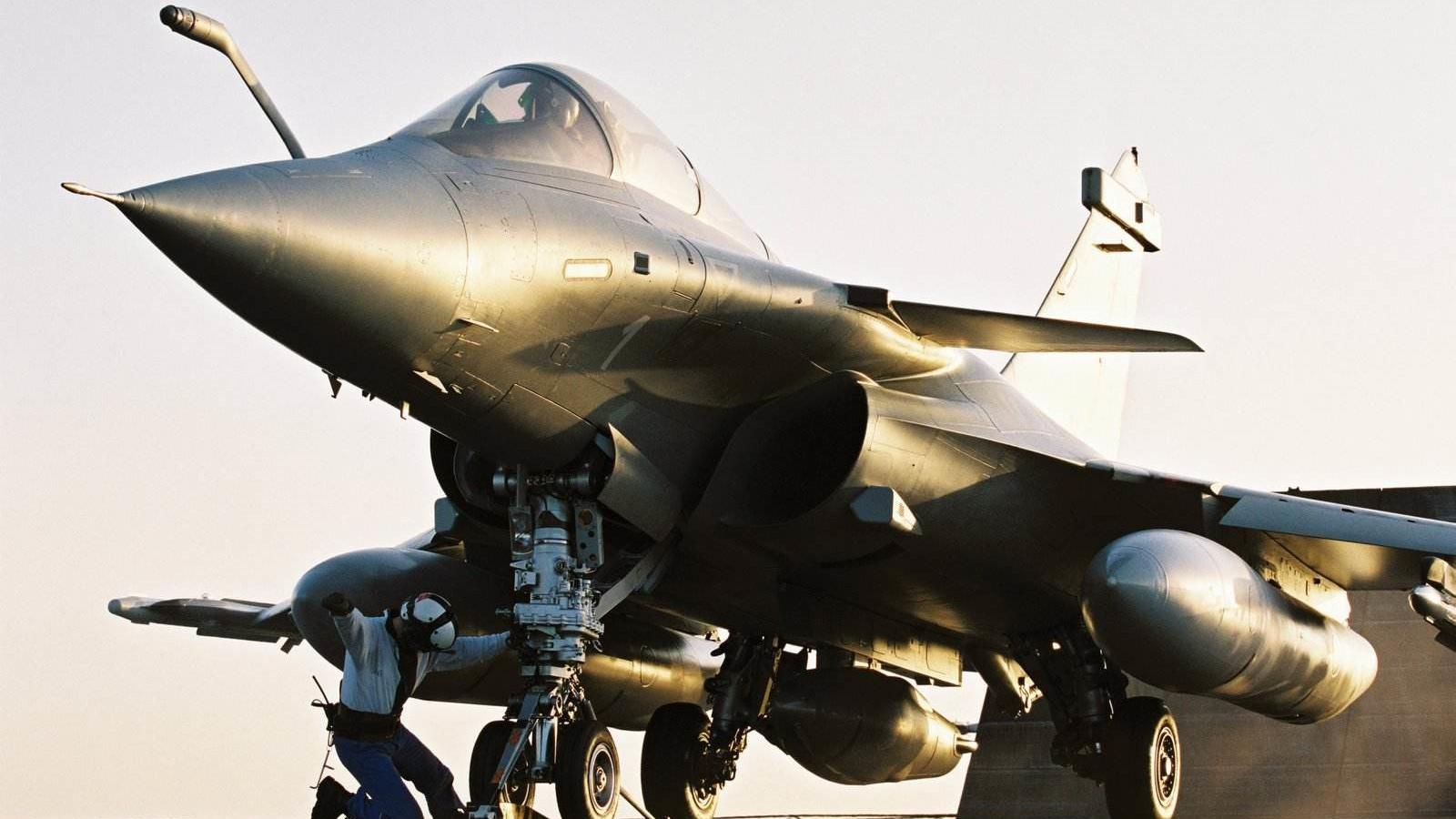 阵风战斗机弹射起飞,而后超低空掠海飞行,真正的上帝视角!