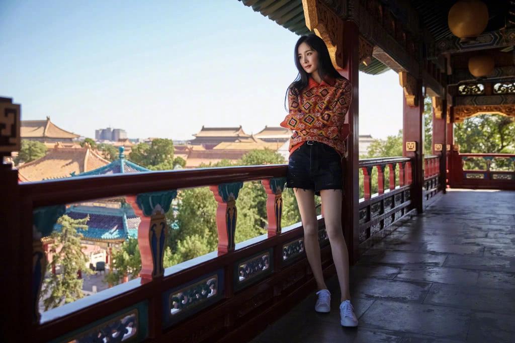 杨幂最新大片穿字母丝袜大秀美腿,粉丝:想在姐姐腿上跳钢管舞!