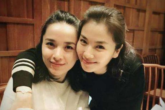 """她是黄晓明同学,头婚被嫌弃二婚嫁靳东,儿子被称""""最帅星二代"""""""