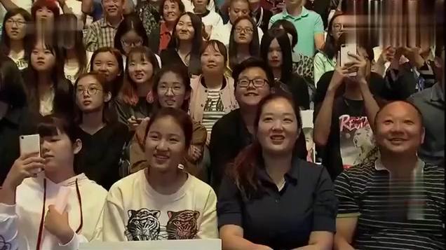 王二妮演唱会,相声演员苗阜上台撵人,二妮表示我认错人了
