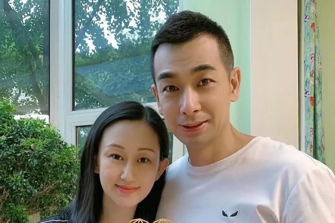 赵文卓老婆晒在家健身照,小蛮腰比未婚女还细,一点不像三胎妈妈