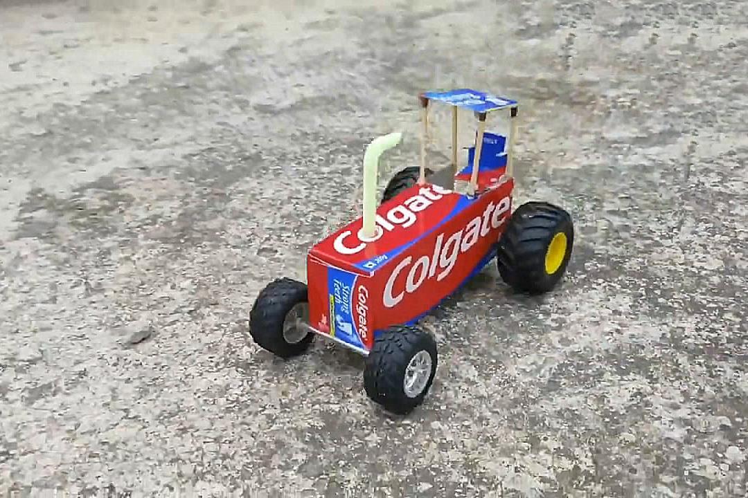 小伙用牙膏盒做玩具车,方法简单易学,非常有创意!