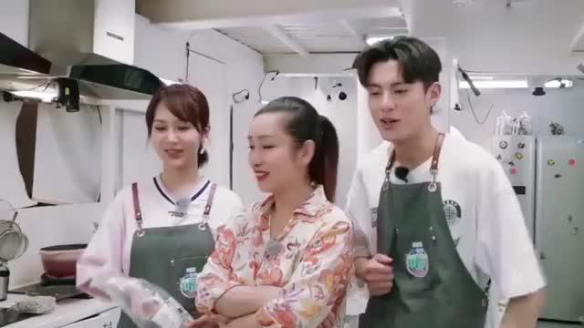 海璐姐带着杨紫、王鹤棣与刘涛视频通话报平安