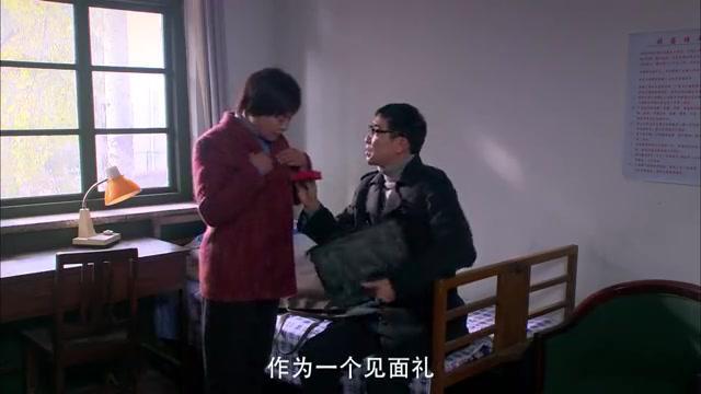 亲家见面前,夫妻二人准备见面礼,不料两位母亲把礼物自己留着