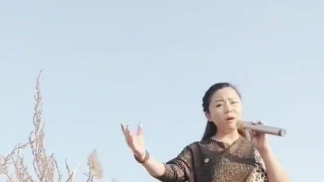 农村大姐开唱了,凄凉的歌声,嗓音独特,经典歌曲唱的好