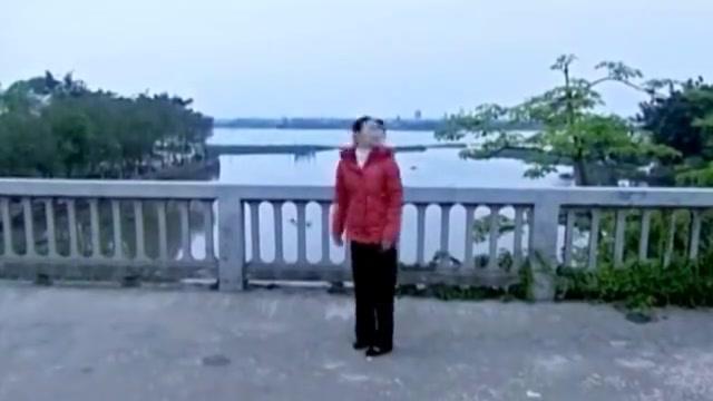 丈夫回来夫妻两人桥上深情拥抱,丈夫却把妻子推进河里送上黄泉