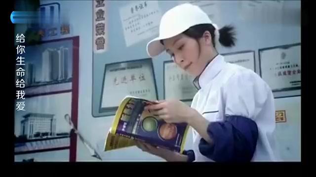 女孩一边卖盒饭一边看书,拿到了本科毕业证,让母亲等着享清福!