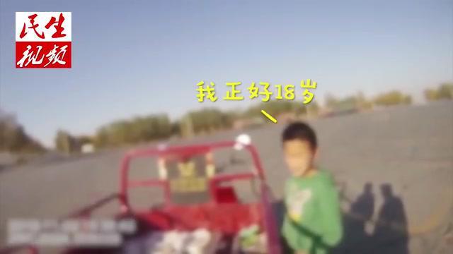 内蒙古男孩骑车被拦,坚称自己18,民警:那你咋背小学课本