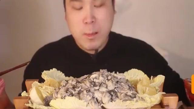 韩国大胃王胖哥来吃播了,一堆去壳生蚝,直接蘸着辣椒酱就吃了