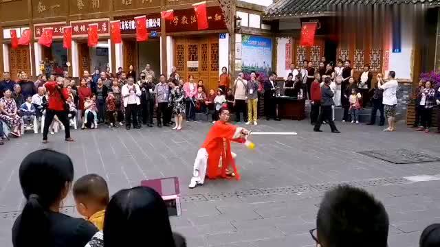汉安古渡,四川内江东兴老街里文艺表演,内江人文化生活丰富多彩