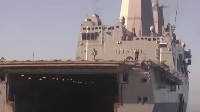 美军测试新型轮式两栖战车2万吨两栖运输舰当陪练