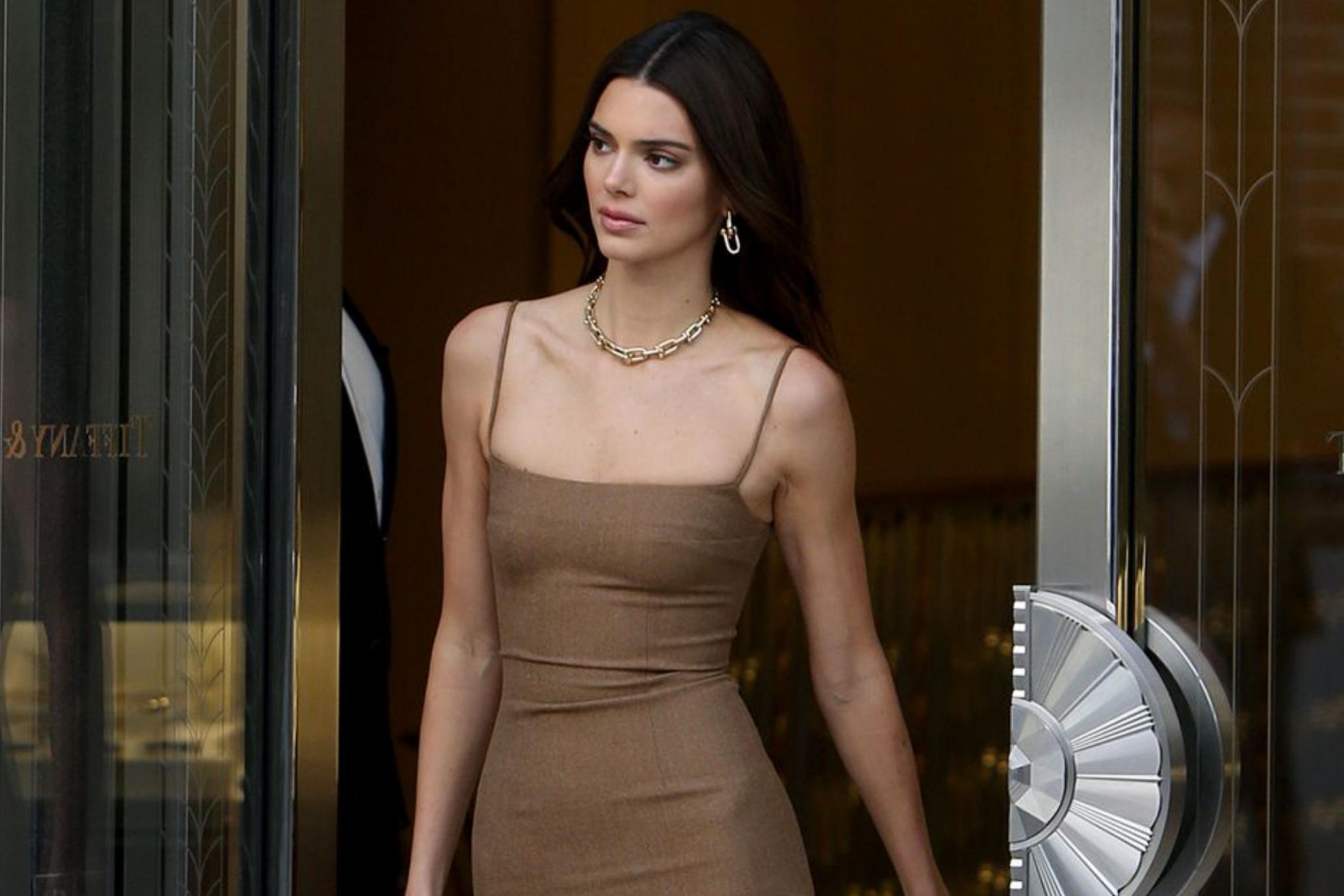 肯达尔·詹娜前往蒂芙尼店扫货,身着紧身超短裙,性感极了