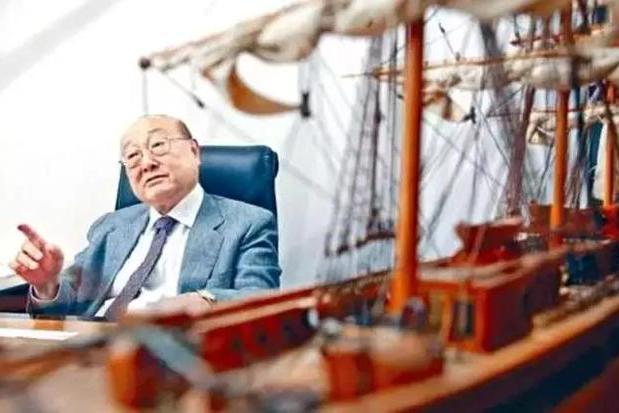 """与包玉刚齐名,""""香港最后一个船王""""一只木浆摇出富过四代传奇"""