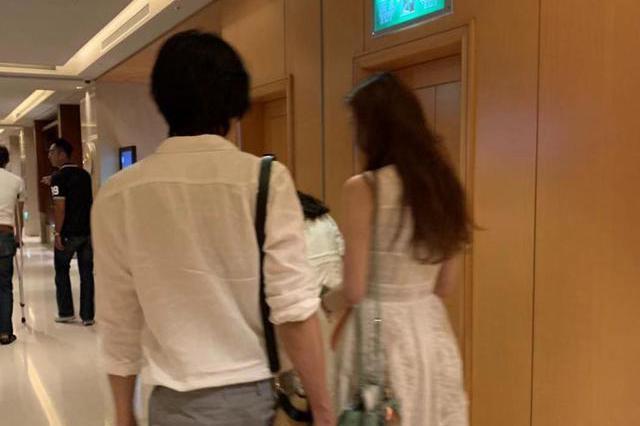 偶遇林志玲夫妇现身酒店,小7岁丈夫新婚拄拐杖,身旁助理更帅气